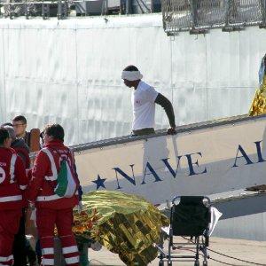 Taranto, 411 migranti soccorsi a largo sbarcano al porto. A bordo anche sei salme
