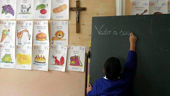 """Bari, mamme in rivolta per la maestra col fischietto: """"E' esasperata dal bullo della classe"""""""