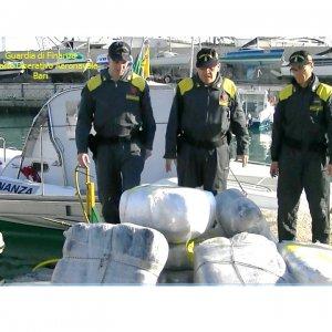 Bari, droga per cinque milioni di euro su un gommone: scatta il sequestro in alto mare