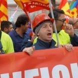 """Ilva, a Taranto il corteo   foto  degli operai in sciopero  """"Serve chiarezza sulla cessione"""""""