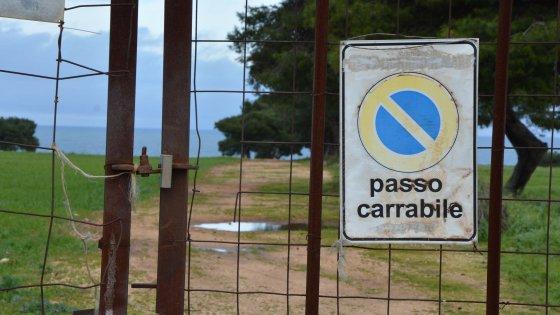 La Puglia del mare negato: cancelli e filo spinato per chiudere gli accessi abusivamente
