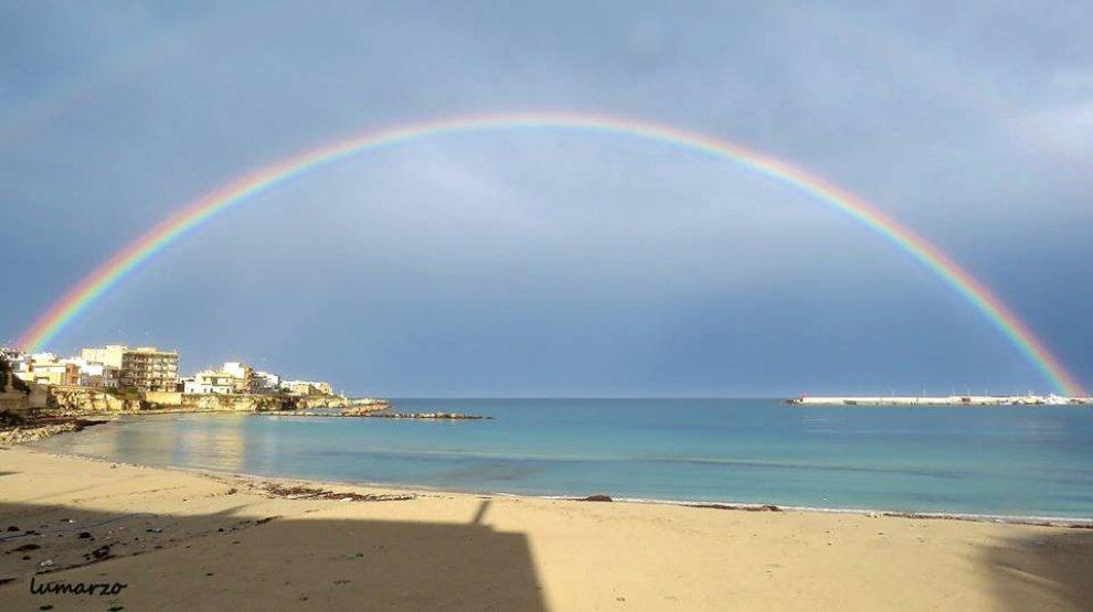 Otranto, lo spettacolo dell'arcobaleno sul mare