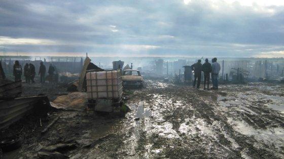 """Foggia, incendio distrugge il ghetto degli immigrati. Emiliano: """"Forse è un atto doloso"""""""