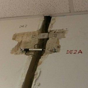 Bari, piove nel Palagiustizia: crepe sui muri nella fotodenuncia degli avvocati