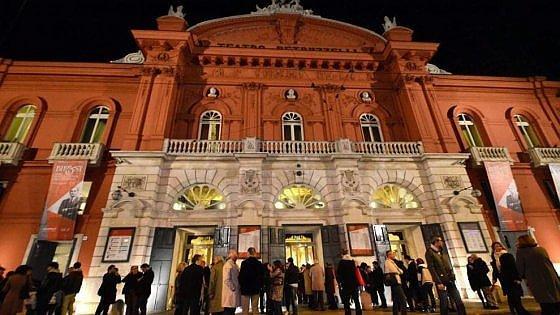Bari, le spese folli del Petruzzelli: 231mila euro in acqua minerale. Inchiesta sulle tangenti si allarga