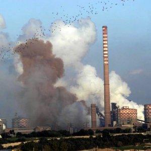 Taranto, più diossina in strada che nello stabilimento Ilva: polemiche per i dati shock
