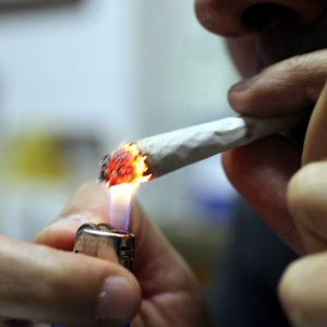 Lecce, multato dai vigili perché fumava in auto davanti al figlio minorenne: pagherà 55 euro