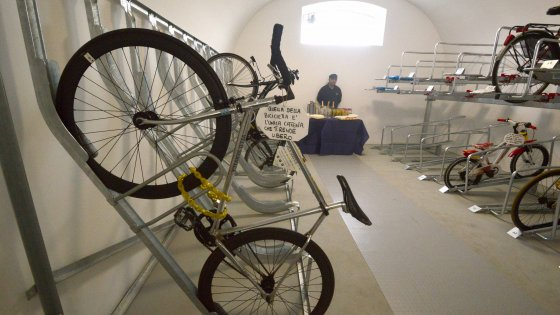 Bari, apre la prima velostazione del Sud Italia: i pendolari dei treni possono lasciare le bici giorno e notte