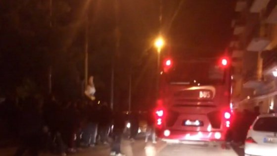 Raid degli ultrà contro il pullman del Foggia: feriti quattro poliziotti e un giocatore