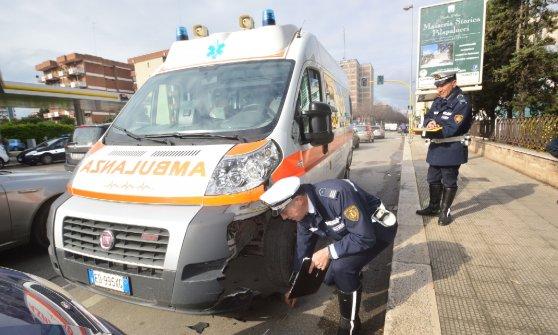 Bari, auto contro ambulanza a Poggiofranco: grave il bambino a bordo, infermiere ferito alla spalla