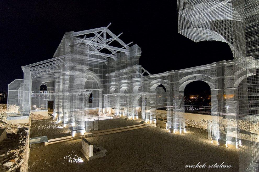 Siponto, la magia notturna della basilica illuminata
