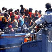Sbarchi, i primi 400 migranti nel nuovo hotspot di Taranto. Ma è subito emergenza: i posti sono 300