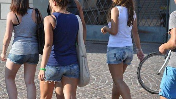 """Brindisi, preside caccia mamma da scuola: era in décolleté. E poi vieta """"il perizoma fuori dai jeans"""""""