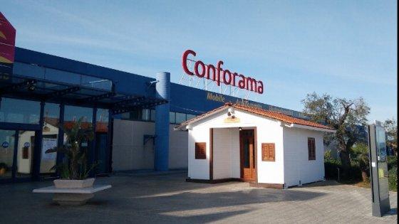 Fasano caterpillar sfonda muro del centro commerciale for Conforama bologna