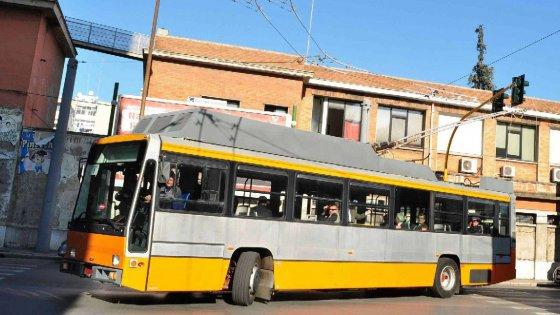 Bari, i filobus sono fermi da vent'anni: il Comune li spedisce a Lecce per farli provare su strada
