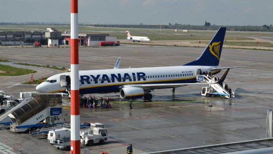 """Ryanair, indagati a Bari i vertici dell'aeroporto: """"Soldi pubblici alla low cost per farla volare in Puglia"""""""