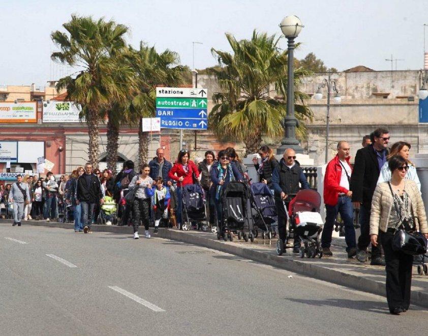 Ambiente, a Taranto la marcia dei passeggini vuoti