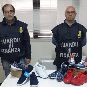 new concept 6971b 4325f Bari, 1.500 paia di scarpe sequestrate al Baricentro: i ...