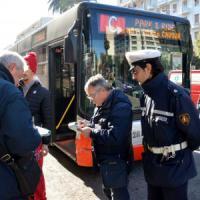 Bari, i controllori dei bus multeranno anche le auto parcheggiate in sosta