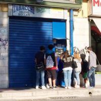 """Puglia, studenti in coda per le sigarette. Il manager della Regione su Fb: """"Aspiranti..."""