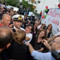 Bari, Girone arriva a casa: il nonno Salvatore si sente male dopo averlo abbracciato