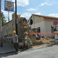 Bari, giù il muro dell'ex caserma Rossani: la distesa d'asfalto diventerà