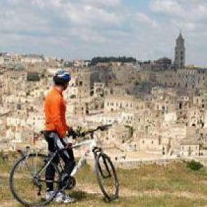 Da Castel del Monte ai Sassi di Matera in bici: il ciclotour da favola fra i tesori dell'Unesco