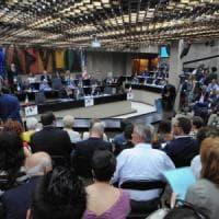 Regione Puglia, la dolce vita dei consiglieri: 11mila euro al mese per 26