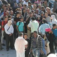 A Brindisi nave con circa 1.300 migranti: allestito un campo