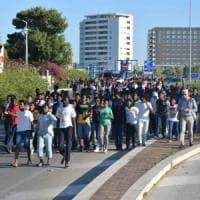 """Bari, la marcia di protesta degli eritrei al Cara blocca il traffico: """"Fateci lasciare..."""