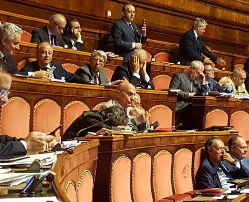 Senatore di Ncd dorme in aula, collega M5S lo fotografa