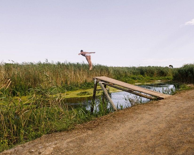 """Un tuffo nel fiume segreto che bagna l'Ilva: """"E' salutare"""""""