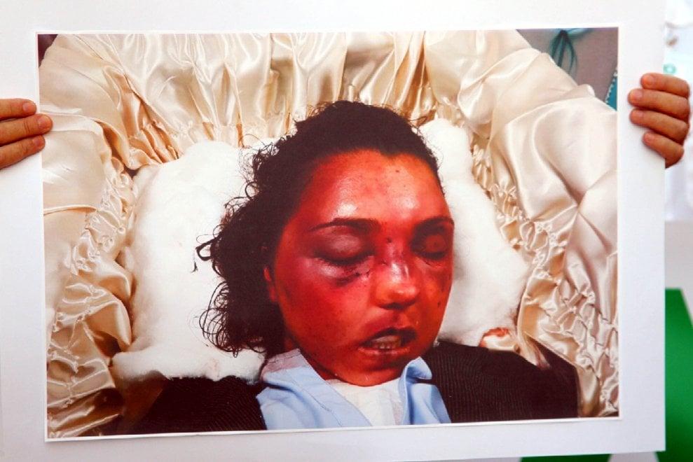 Uccisa dal marito. I genitori in corteo con la foto della figlia massacrata