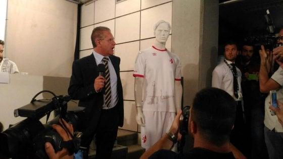 Il Bari si rifà il look: torna il 'galletto' sulle divise biancorosse