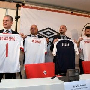 """Bari calcio, svelato il logo e le nuove maglie: """"Torna il galletto e spunta il lungomare"""""""