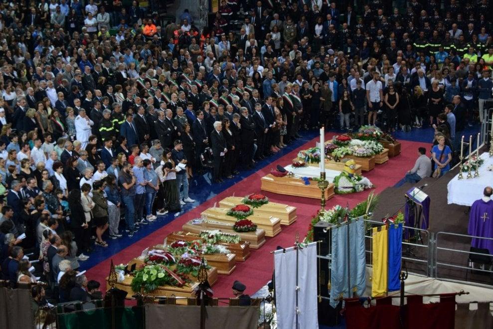 Scontro fra treni, in migliaia ad Andria per i funerali