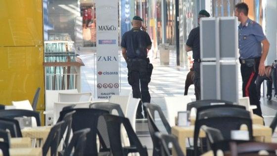 Bari, falso allarme bomba al centro commerciale Bariblu: clienti evacuati, in azione gli artificieri