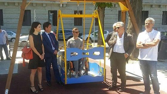 """Bari, un'altalena per disabili in piazza Diaz. """"Tutti i bambini hanno il diritto di giocare"""""""