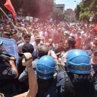 """Taranto, Renzi contestato: """"Ecco 850 milioni per la città"""". Emiliano lo attacca: """"Perdite..."""