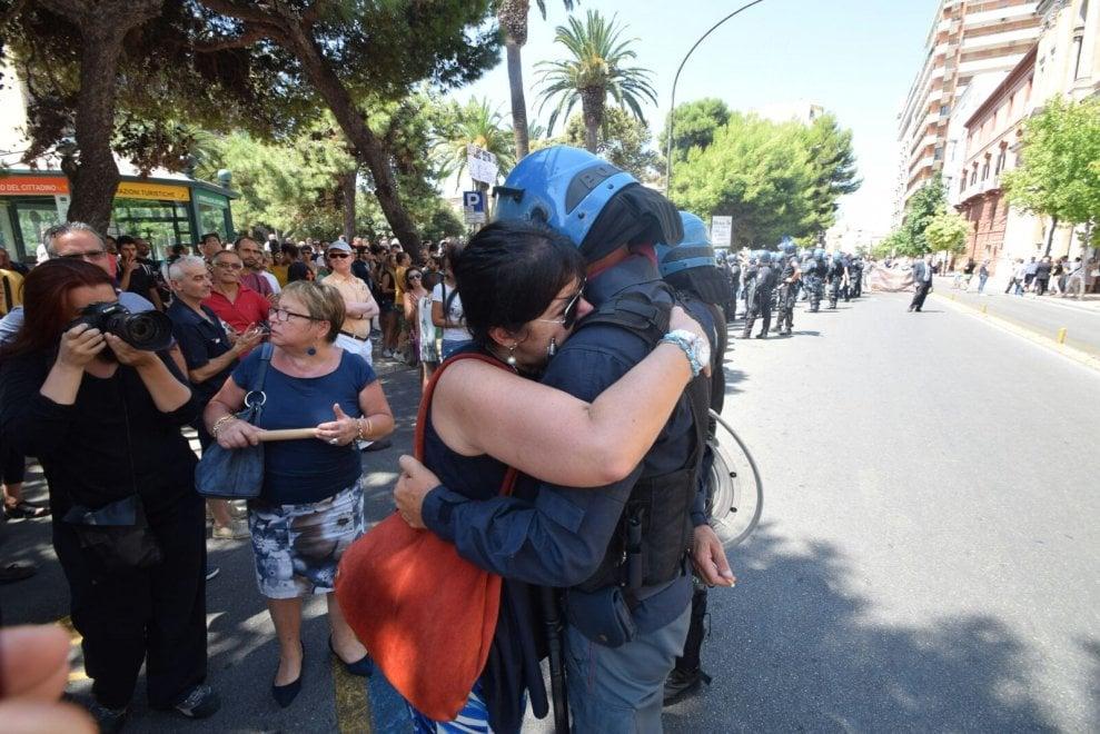 Taranto, la manifestante anti Renzi abbraccia un agente