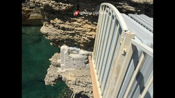 Salento docce che scaricano in mare e grotte naturali trasformate in depositi sigilli in due - Bagno marino archi ...