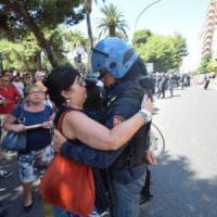 """Taranto, l'agente che abbraccia la manifestante anti Ilva: """"Sono guarito da un tumore e..."""