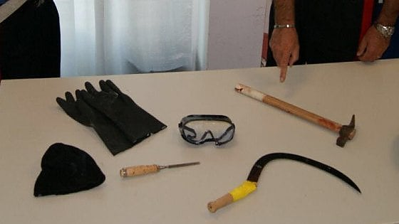 Bari, armato di falce e martello tenta di rapinare un chiosco ma il titolare reagisce: arrestato