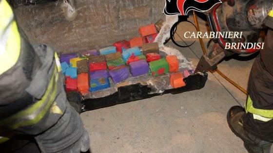 Brindisi, fugge dal posto di blocco e si schianta: nel doppiofondo dell'auto 87 chili di droga