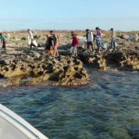 Gallipoli, 55 migranti sbarcano in piena movida: abbandonati dai gommoni sull'isola del faro