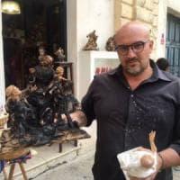 Lecce, la statua della Madonna in cartapesta si incendia tra le mani dell'artigiano