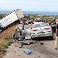 Conversano, scontro frontale fra auto e tir: un uomo perde la vita, grave