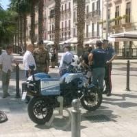 Bari, scippa una collana in centro tra i turisti allibiti: fermato dalla