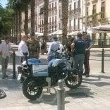 Bari, scippa una collana  in centro tra i turisti allibiti  fermato dalla polizia