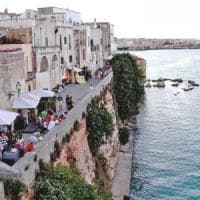 Otranto, dimentica le chiavi: per rientrare a casa si cala dal terrazzo,